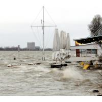 4753_0672 Hochwasser an der Strandperle - Wellen am Elbufer. |