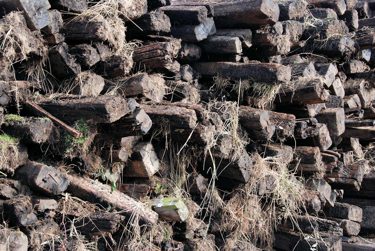 8581 alte holzbohlen, holzschwellen zum haufen gestapelt